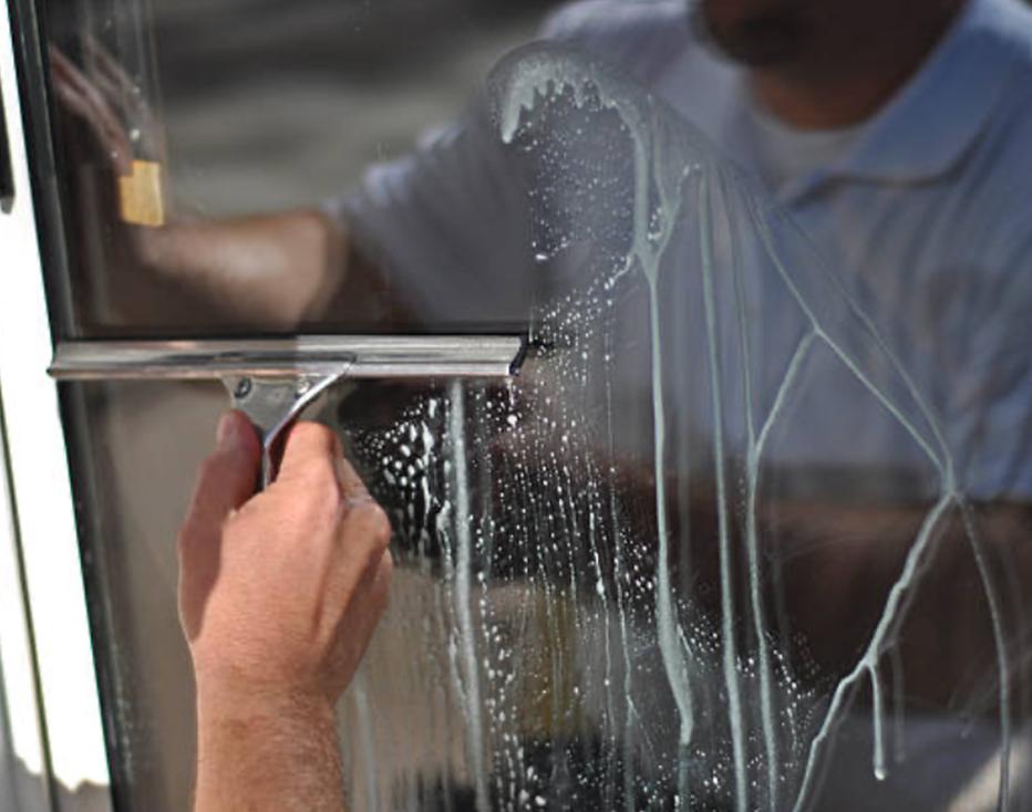Manet proposepour les professionnels le nettoyage des vitreries